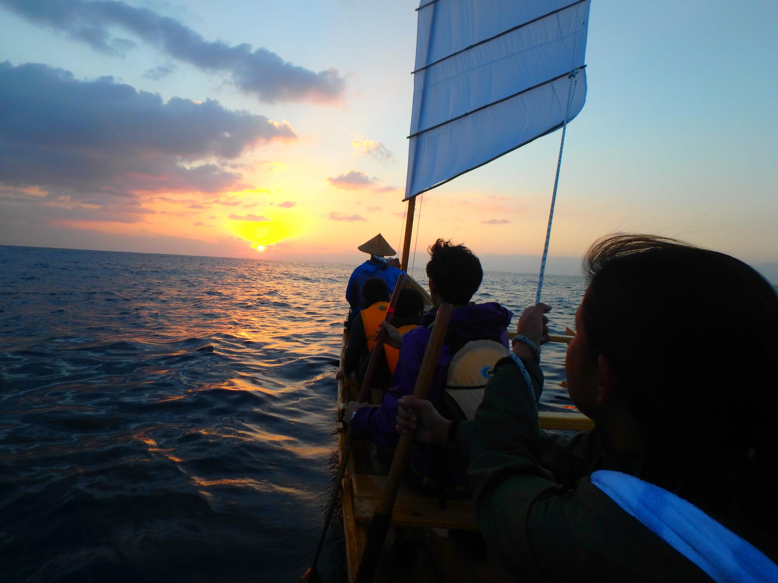 帆かけサバニで初日の出を見に行こう